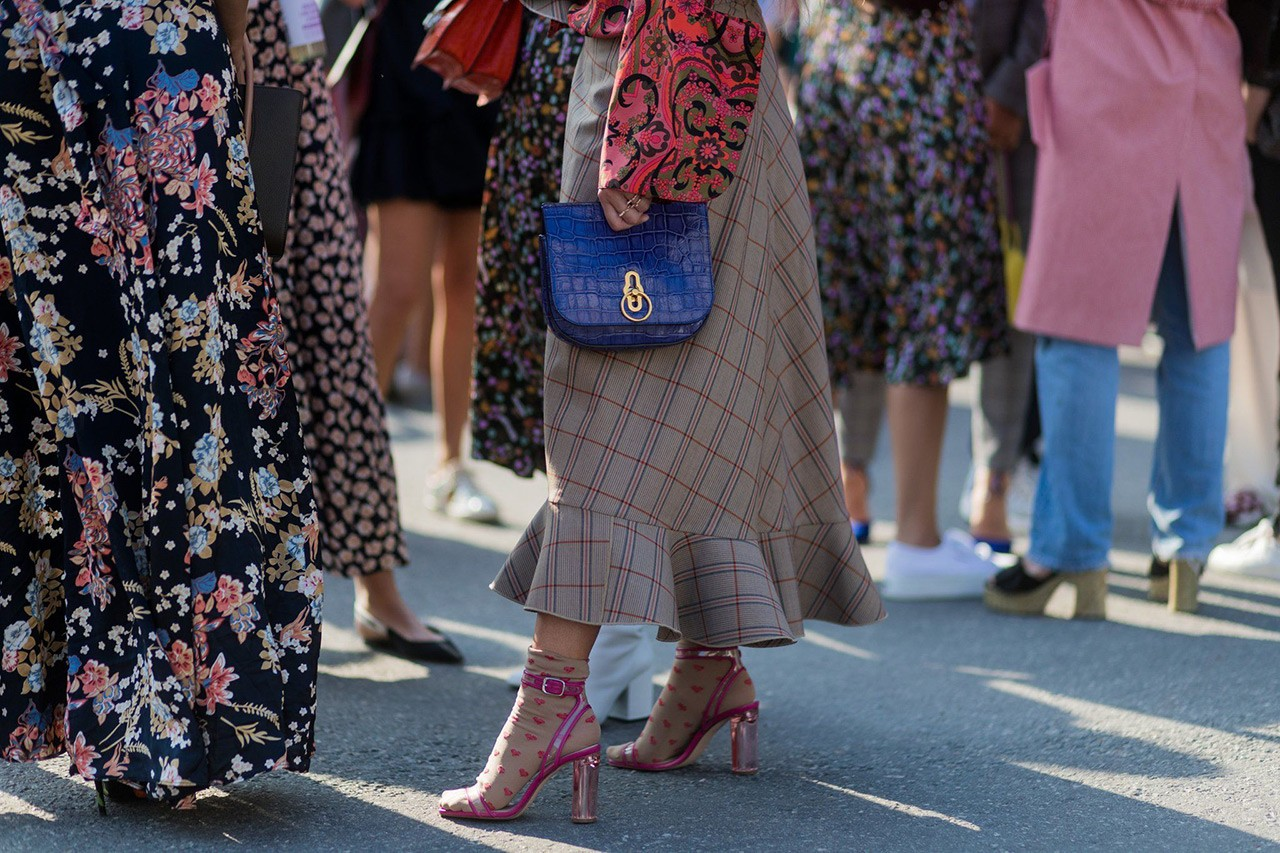 Sock trend  Φορέστε τις κάλτσες όπως τα διάσημα κορίτσια της μόδας ... a5bc33a9b4b