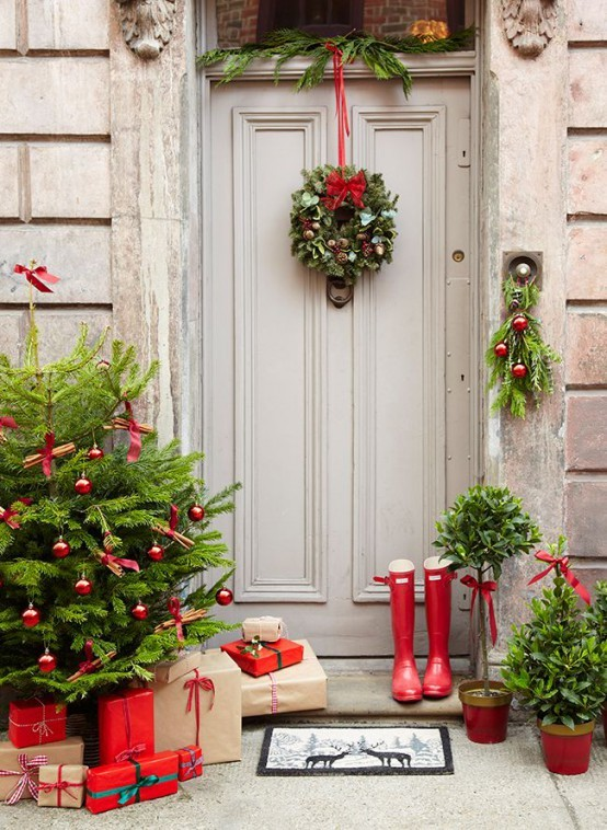 stunning-christmas-front-door-decor-ideas-15-554x758.jpg