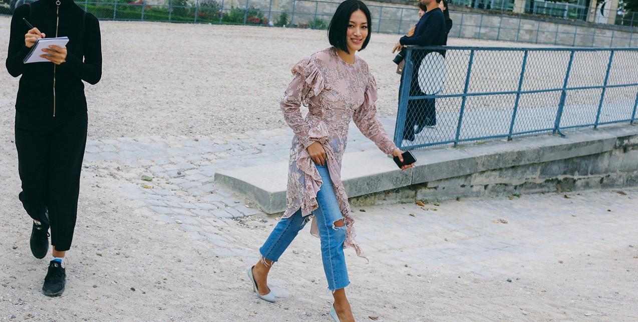 Τα cool girls φοράνε φορέματα πάνω από τα jeans τους - GLOW.GR a503dc4aa72