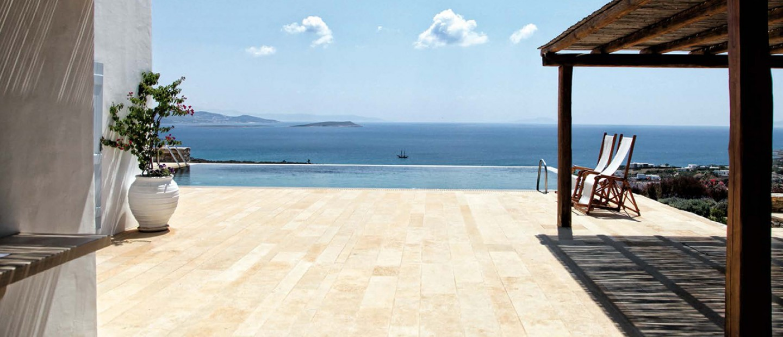 Μια ονειρεμένη κατοικία στην Αντίπαρο που γεύεται τις απολαύσεις του καλοκαιριού