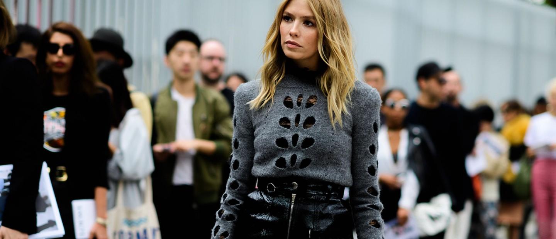 Μάθετε πώς θα συνδυάσετε τη vinyl φούστα σαν τις street style stars