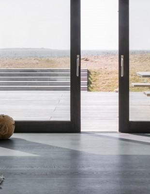 Πώς ένα σπίτι μπροστά σε μια παραλία της Δανίας γίνεται ένα με το τοπίο