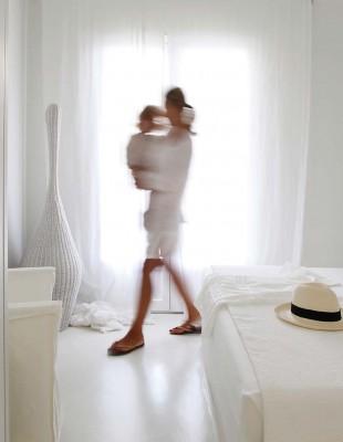 Μια εξοχική κατοικία στη Σάνη Χαλκιδικής επιλέγει το απόλυτο λευκό