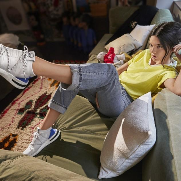 Η Kendall Jenner αποκαλύπτει το νέο it sneaker
