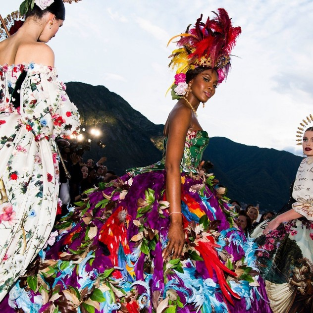 Το extravagant fashion show των Dolce & Gabbana στη λίμνη Como