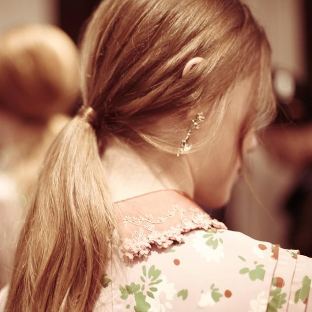 Low ponytails: 8 πανεύκολα hairstyles για να αντιγράψετε τις γιορτές