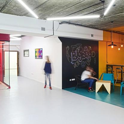 Ένας εντυπωσιακός χώρος γραφείων στην Αρμενία ποντάρει στο χρώμα