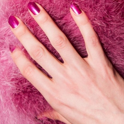 Chrome nails: Πώς να πετύχετε μόνες σας την πιο hot τάση στα νύχια