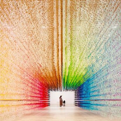 Ένα συγκλονιστικό installation που αλλάζει χρώμα