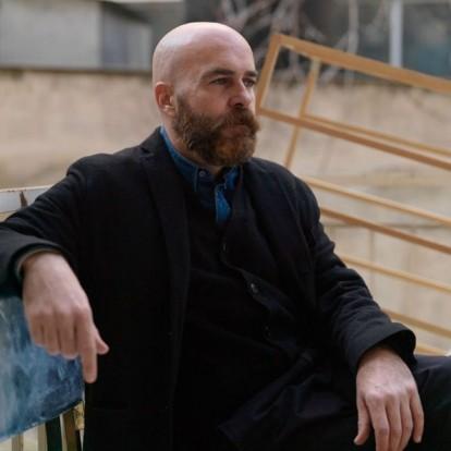 Ο Ανδρέας Αγγελιδάκης μιλάει για ιστορίες κτιρίων στη νέα του έκθεση