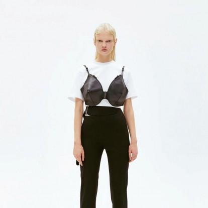 Το νέο bra-bag που έχει κάνει μεγάλη αίσθηση στους κύκλους της μόδας