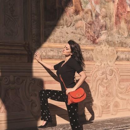 Η πανέμορφη Penelope Cruz ποζάρει με φόντο τη μαγευτική Νάπολη