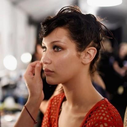 Πώς μπορείτε να κάνετε το μακιγιάζ σας να λάμπει χωρίς να γυαλίζει