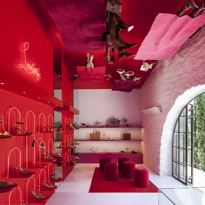Αν βρεθείτε στο νέο pop up Louboutin store στη Μύκονο, κοιτάξτε ψηλά