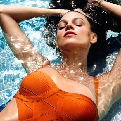 Προστατέψτε τα μαλλιά σας από τον ήλιο, τη θάλασσα και την πισίνα