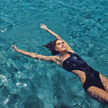 Feel the summer vibes στο editorial μόδας του GLOW Ιουλίου