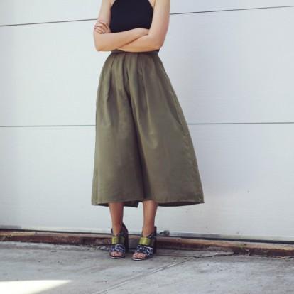 Άνετη και κομψή: 4 λόγοι για να επενδύσετε στα wide pants