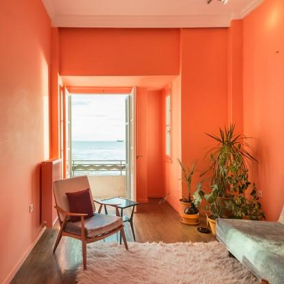 Με τροπικά χρώματα, το Waterfront Nikis Apartment έχει μοναδικό interior design