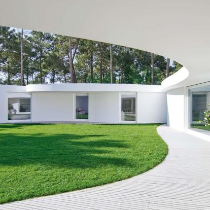 Μια κατοικία με οργανικό σχήμα που εντάσσεται απόλυτα στο περιβάλλον της