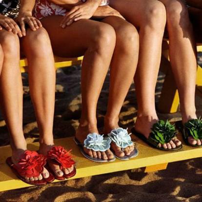 Summer shoes: 10 επιλογές που θα απογειώσουν το beach look σας