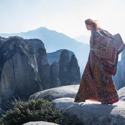 Το νέο GLOW fashion editorial στα Μετέωρα είναι Out of this world