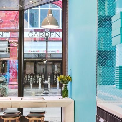 Η νέα μπουτίκ Tiffany's στο Λονδίνο προσφέρει ακόμα και χάρτινα ποτήρια
