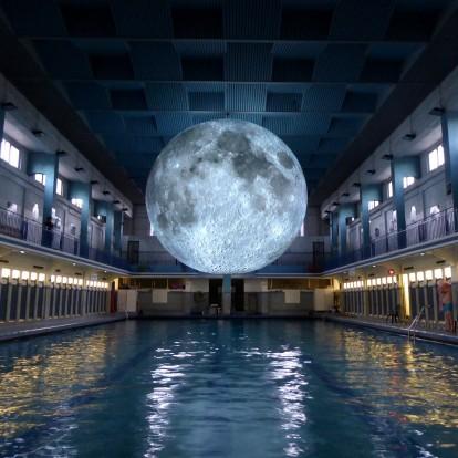 Ένας καλλιτέχνης φέρνει το φεγγάρι σε απόσταση αναπνοής