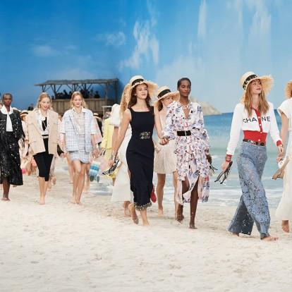 Μια βόλτα στην παραλία με τον Karl Lagerfld και τον οίκο μόδας Chanel