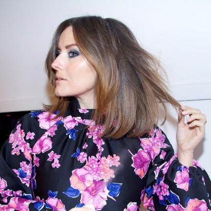 Katie Jane Hughes: Γνωρίστε τη makeup artist με το πιο λαμπερό δέρμα