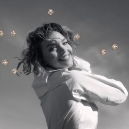 Η Arizona Muse χορεύει με διαμάντια να αιωρούνται γύρω της