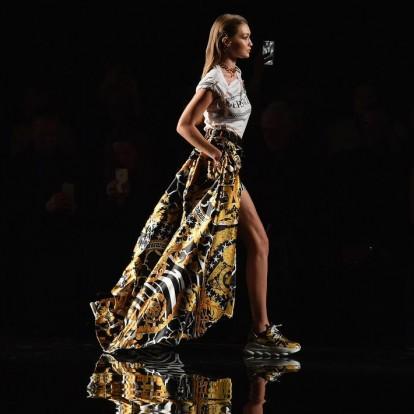 Η Donatella Versace διηγήθηκε την ιστορία του αδερφού της σε μια υπέροχη επίδειξη