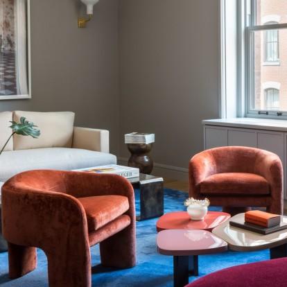 Ένα πολύχρωμο velvet διαμέρισμα στη Νέα Υόρκη απογειώνει το american cool