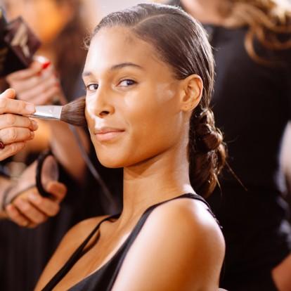 Οι must τεχνικές που χρησιμοποιούν οι makeup artists στο ρουζ