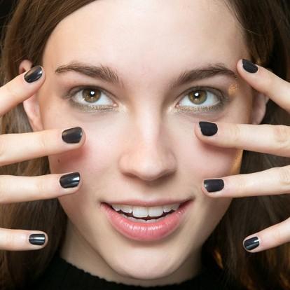 Τα 8 πιο περιζήτητα χειμωνιάτικα χρώματα βερνικιών στα nail salons