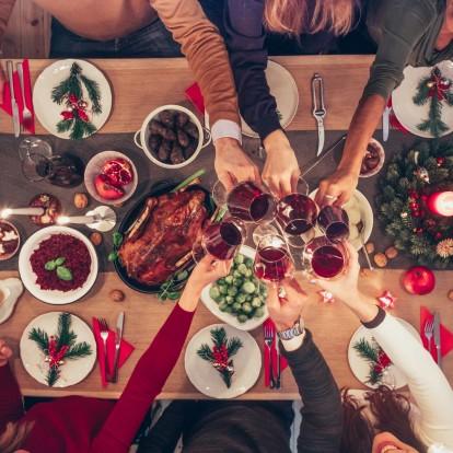 Γιορτινά τραπέζια: Πώς να μην πάρετε περιττά κιλά και τρόποι να αντιμετωπίστε το φούσκωμα
