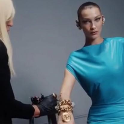 Η Bella Hadid κάνει τατουάζ το όνομα Versace στη νέα καμπάνια του