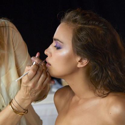 5 διάσημοι makeup artists μοιράζονται το αγαπημένο τους highlighter