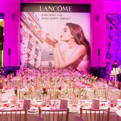 Ένα παραμυθένιο δείπνο γεμάτο ροδοπέταλα από τη Lancôme
