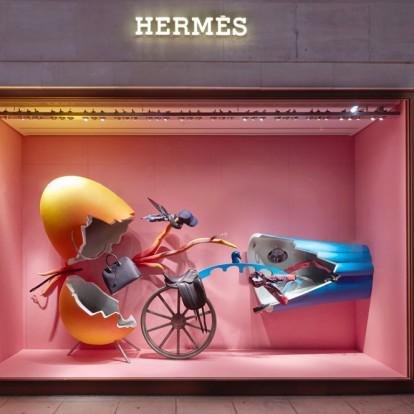 Τα μαγικά τοπία του designer Fotis Evans στις βιτρίνες του οίκου Hermès