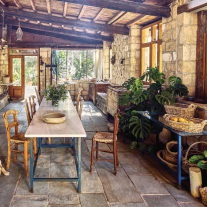 Περιηγηθείτε στην ανανεωμένη κατοικία του καλλιτέχνη Νίκου Νικολάου στην Αίγινα