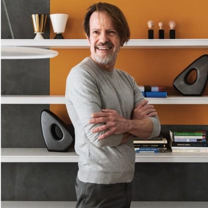 O αρχιτέκτονας Βασίλης Καραλάζος με την αφαιρετική αισθητική του χάρισε σύγχρονο πρόσωπο σε μια κατοικία στο κέντρο της Θεσσαλονίκης