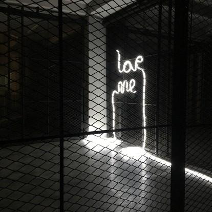 Μια εγκατάσταση με νέον φως από την Άννα Φαφαλιού