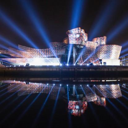 Το μουσείο Guggenheim Bilbao γιορτάζει με ένα εντυπωσιακό lightshow
