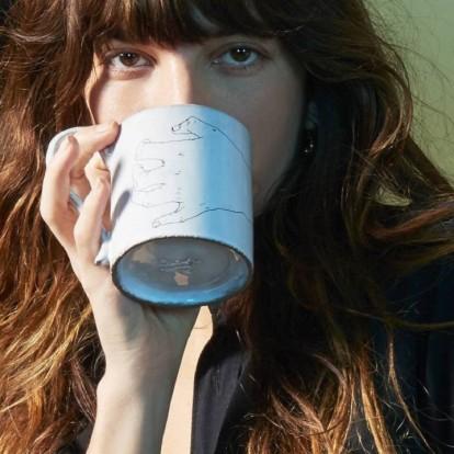 Η υπέροχη Lou Doillon σχεδιάζει μια ultra chic συλλογή από κούπες