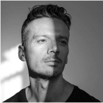 Γιώργος Νανούρης: Ο ταλαντούχος ηθοποιός και σκηνοθέτης εξηγεί γιατί δεν του αρέσει να βάζει «ταμπέλες»