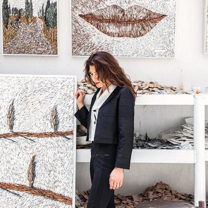 H πολυπράγμων καλλιτέχνης Εύα Παπαδοπούλου μάς υποδέχεται στο ατελιέ της και μιλάει για την τέχνη της