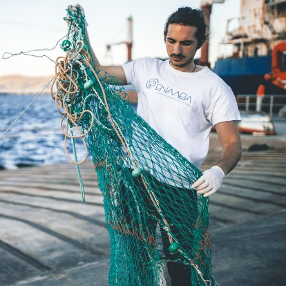 Earth's champion: O Λευτέρης Αραπάκης συλλέγει πλαστικά από τη θάλασσα με σκοπό την ανάκαμψη του οικοσυστήματος