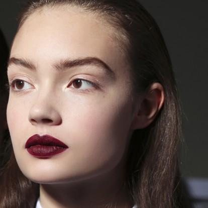 Σκούρα κραγιόν: Πώς να τα υιοθετήσετε στο καθημερινό σας μακιγιάζ