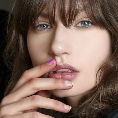 6 ενυδατικά lip balms για να μεταμορφώστε τα σκασμένα χείλη