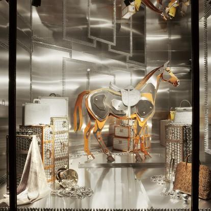 Ο ονειρικός κόσμος με τις βιτρίνες της Leila Menchari γίνεται έκθεση από τον oίκο Hermès